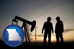 missouri map icon and an oil well and two oil workers at dusk